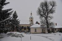 Snehová brigáda na farskom dvore